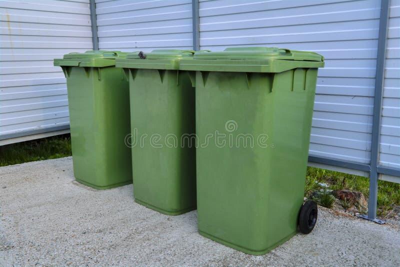 Lixo pl?stico verde que recicla o recipiente Recipientes verdes para recolher o lixo no caixote de lixo fotografia de stock