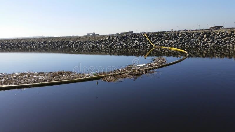 Lixo que está sendo varrido ao oceano fotos de stock royalty free