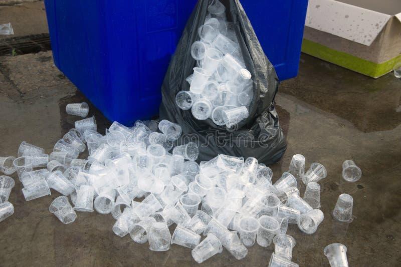 Lixo reciclável do vidro plástico no escaninho dos desperdícios imagem de stock