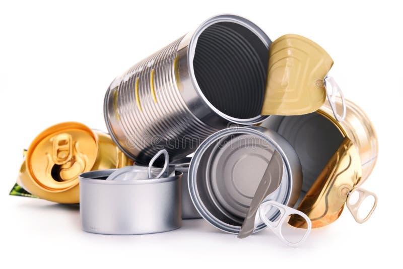Lixo reciclável que consiste em latas do metal no branco imagens de stock