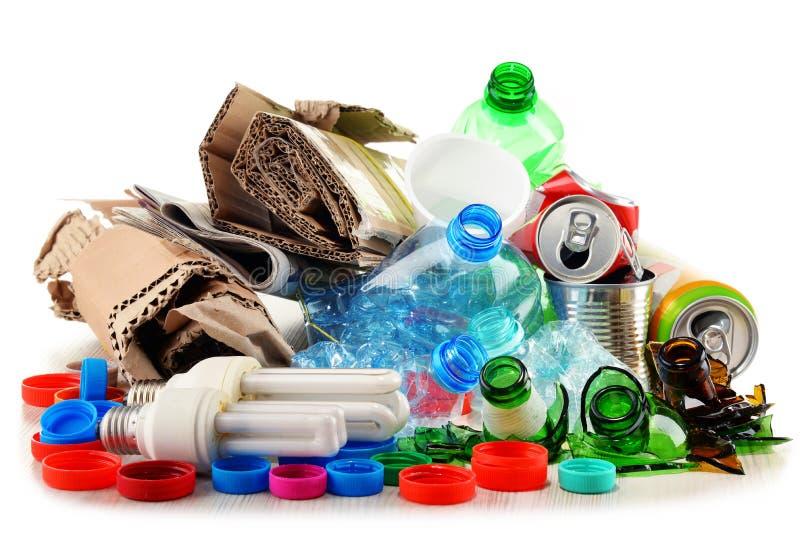 Lixo reciclável que consiste no vidro, no plástico, no metal e no papel imagens de stock royalty free