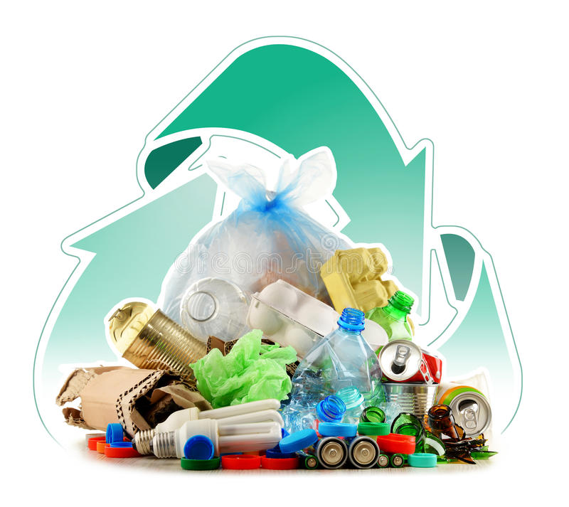 Lixo reciclável que consiste no vidro, no plástico, no metal e no papel foto de stock royalty free