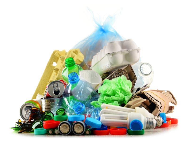 Lixo reciclável que consiste no vidro, no plástico, no metal e no papel fotografia de stock
