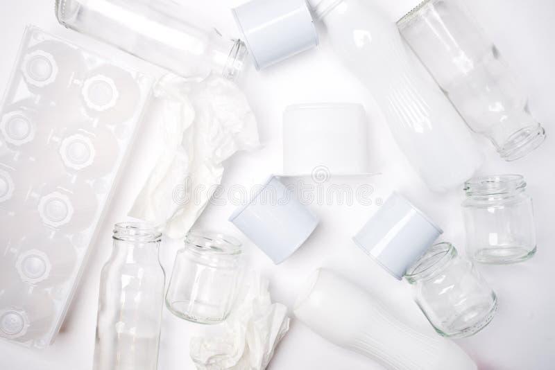 Lixo reciclável que consiste no vidro, no plástico, no metal e no papel no fundo branco Conceito branco da textura imagem de stock royalty free