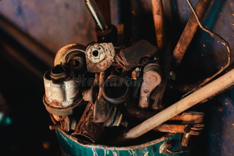 Lixo velho e oxidado do metal em uma oficina do carro fotos de stock royalty free