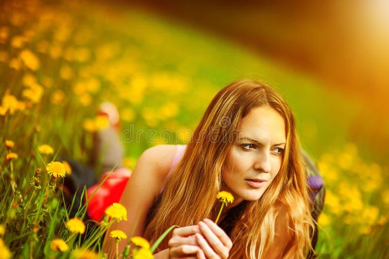 liying在草的女学生 图库摄影