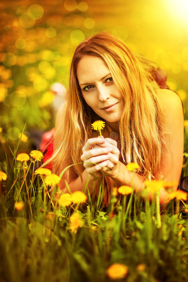 liying在草的秀丽妇女 免版税库存照片