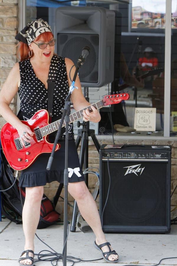 Liz Mandeville bawić się w ulicach Clarksdale podczas Karawanowego Clarksdale błękitów festiwalu zdjęcia stock