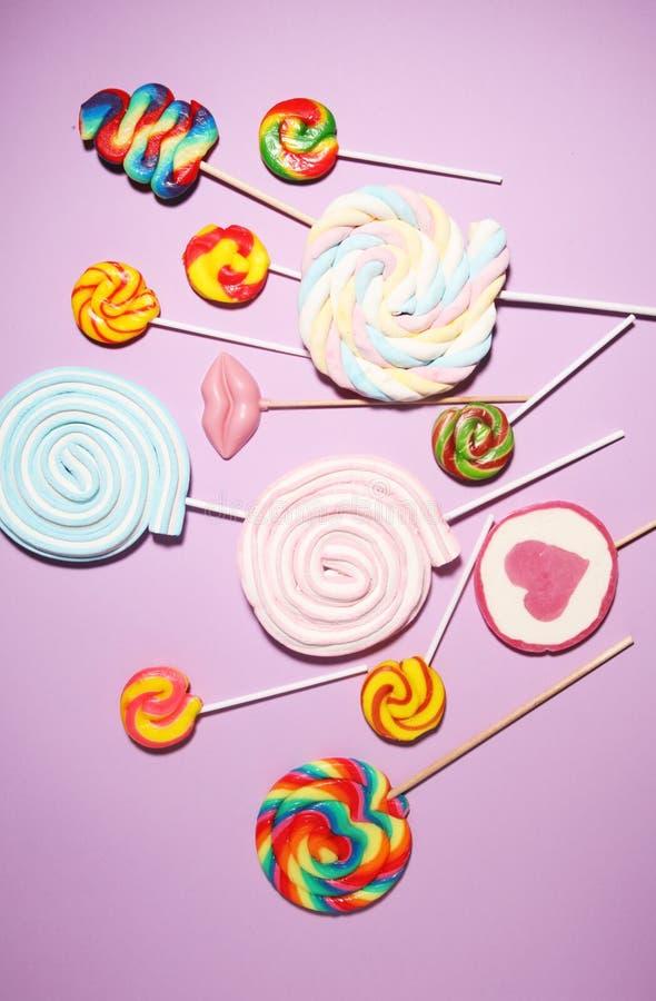 Lizaków cukierki z galaretą i cukierem kolorowy szyk różni childs cukierki, fundy na koloru tle i zdjęcie royalty free