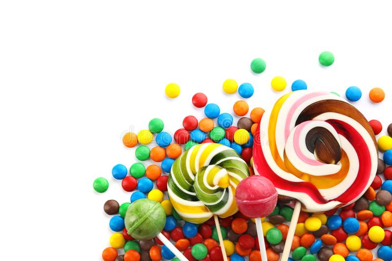 Lizaki i kolorowi cukierki na białym tle obraz stock