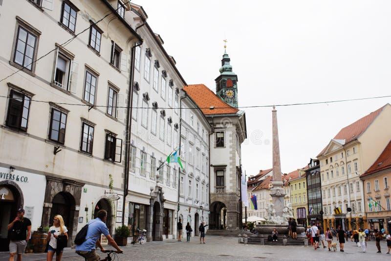 Ljubljana, Eslovênia - 15 de agosto de 2017 Quadrado da câmara municipal e fonte do robba em Ljubljana imagens de stock royalty free