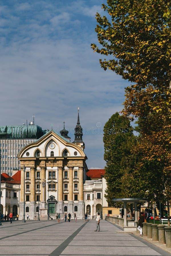 Ljubljana, Eslovênia - setembro, 8 2018: Ursuline Church da trindade santamente situada no quadrado central do congresso de Ljubl foto de stock