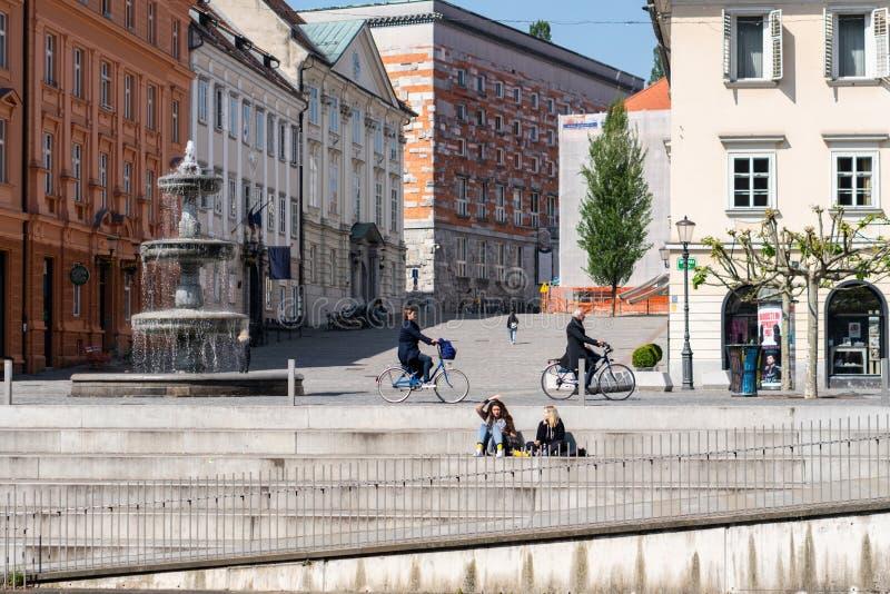 Ljubljana, Eslovenia 7 5 Calle hermosa 2019 en la ciudad vieja Eslovenia de Ljubljana Gente que conduce en las bicicletas fotografía de archivo