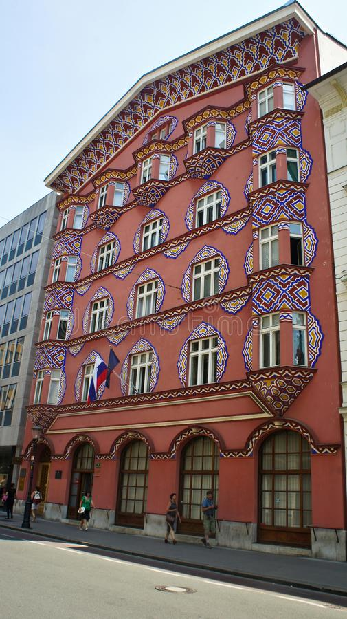 Ljubljana, Eslovenia - 07/19/2015 - edificio hermoso del banco cooperativo anterior, día soleado imagenes de archivo