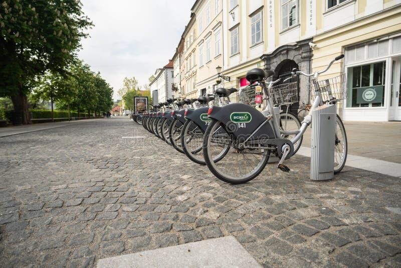 Ljubljana, Eslovenia 7 5 2019: Estación de alquiler pública Bicikelj del sistema de las bicis en la capital de Eslovenia Biciclet imagen de archivo