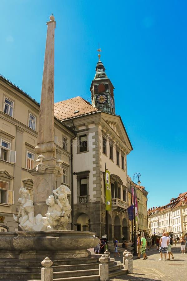 Ljubljana, Eslovenia - 2013: Fuente de Robba también conocida como fuente de los tres ríos de Carniolan fotos de archivo
