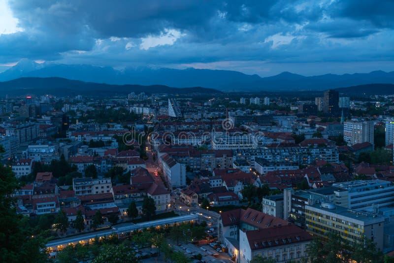 24 5 Ljubljana 2019 Eslovenia: Ljubljana, la capital de Eslovenia, vista del castillo de Ljubljana En la hora azul fotografía de archivo libre de regalías