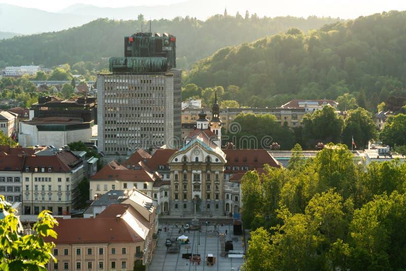 Ljubljana, Eslovenia - 24 5 2019: La ciudad vieja de Ljubljana desde arriba - del cuadrado de Kongresni imagen de archivo libre de regalías