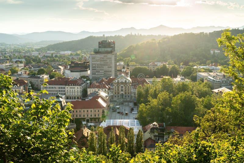 Ljubljana, Eslovenia - 24 5 2019: La ciudad vieja de Ljubljana desde arriba - del cuadrado de Kongresni fotografía de archivo libre de regalías
