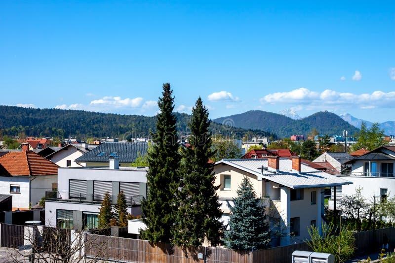 Ljubljana sikt på det Koseze området och fjällängar royaltyfri bild