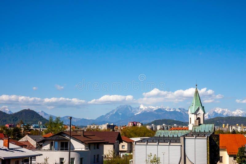 Ljubljana sikt på det Koseze området och fjällängar royaltyfri fotografi