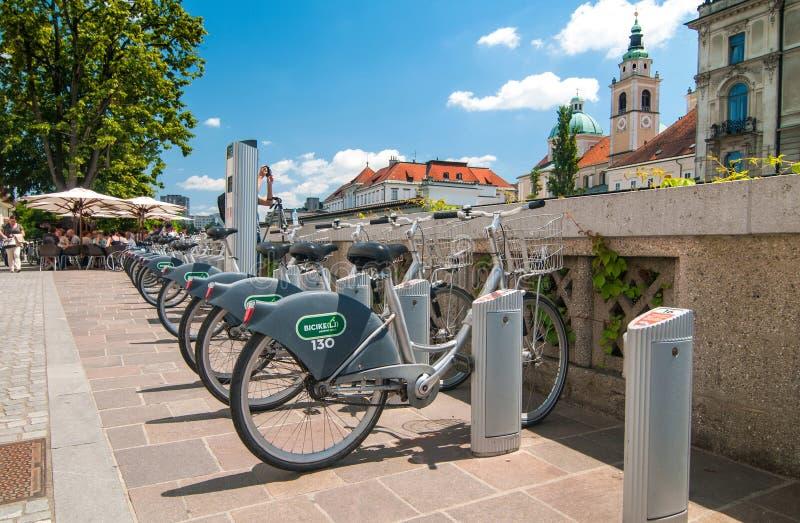 Ljubljana, Slovenië - 7 die Juni, de Fiets van 2016 systeem delen, riep de kerk van Bicikelj en Sinterklaas-op de achtergrond stock fotografie