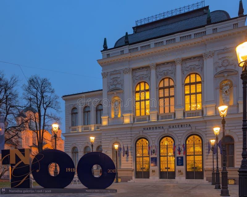 Ljubljana, Slovenië - Februari 8, 2019: Nationale galery van Ljubljana bij dageraad in het vroege ochtendlicht wanneer de straatl royalty-vrije stock foto