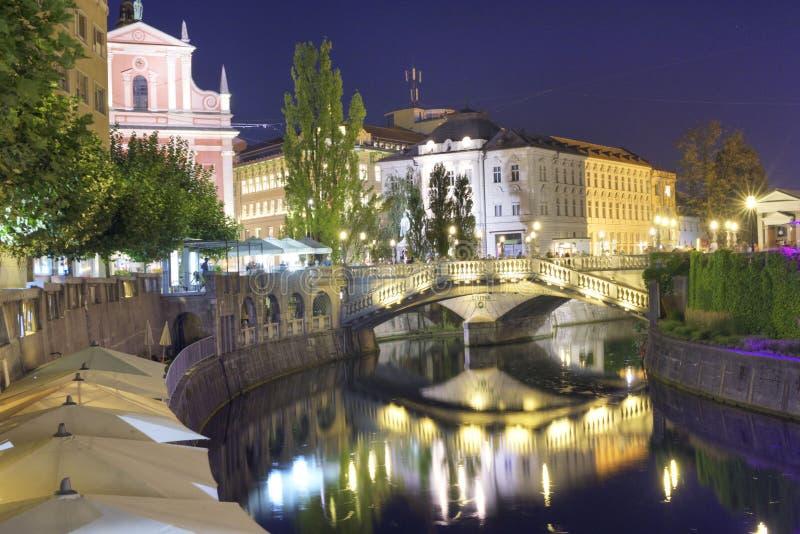Ljubljana, Slowenien, Nacht entlang Fluss lizenzfreie stockbilder