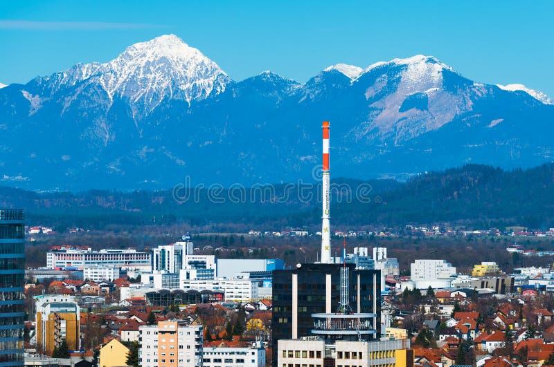 Ljubljana, Slowenien: Ljubljana-Stadtbild mit schneebedeckten Bergen auf dem Hintergrund stockfotos