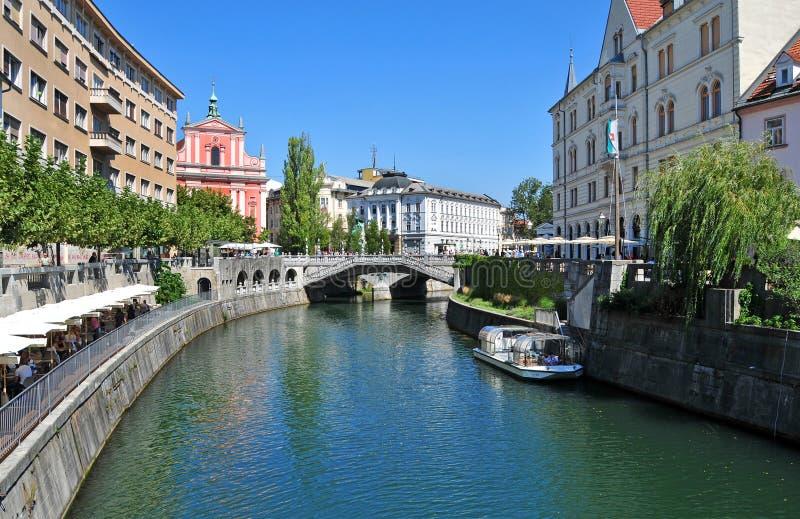 Ljubljanica rzeka i trójka mosty w tle, Ljubljana, Sl zdjęcia stock