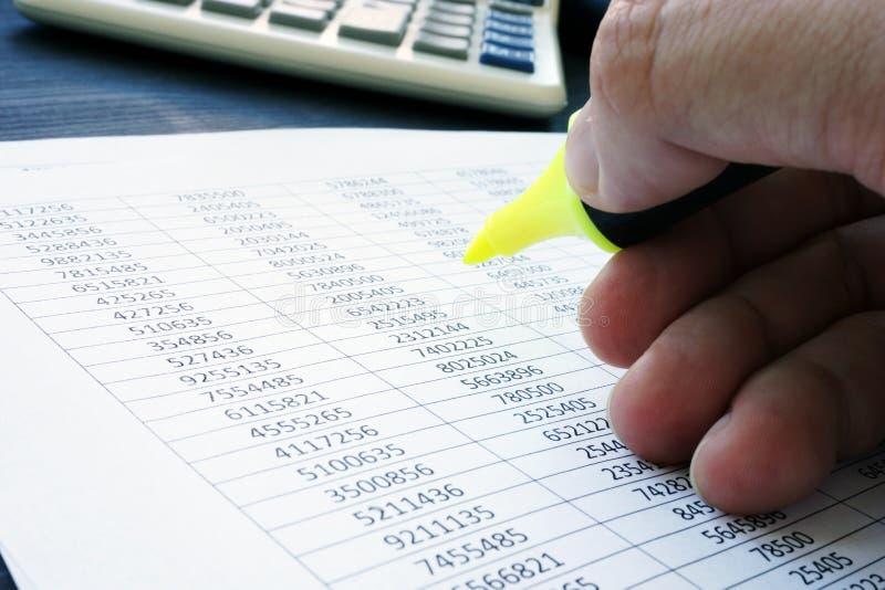 ljudbandet Revisorn kontrollerar den finansiella rapporten royaltyfri bild
