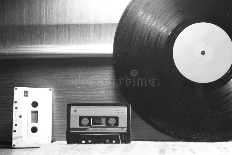 Ljudkassetter och vinyl royaltyfri fotografi