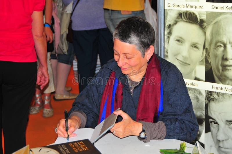 Ljudmila Ulickaja die haar boeken wijdt stock foto