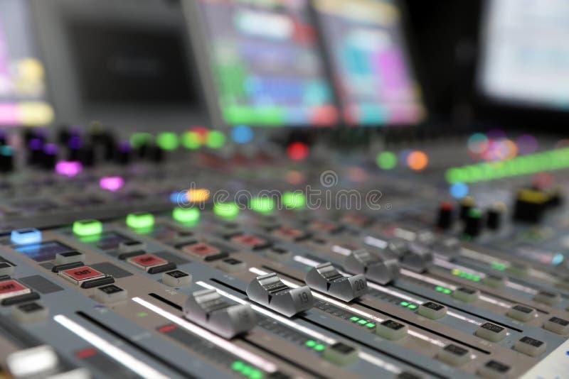 Ljudsignal blandande konsol för modern Digital TV-sändning royaltyfri foto
