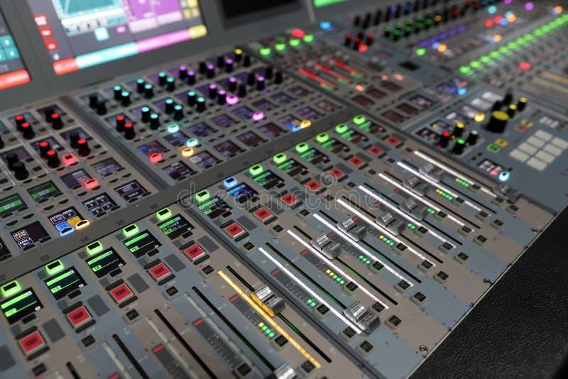 Ljudsignal blandande konsol för modern Digital TV-sändning arkivbild