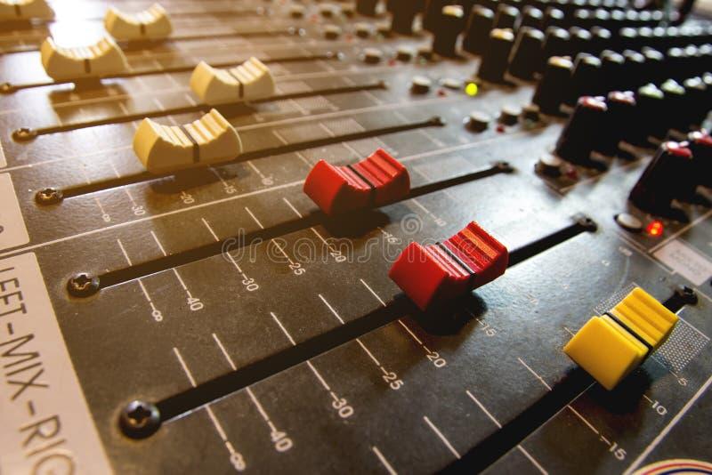 Ljudsignal blandare för konsol och volymglidbana royaltyfria foton