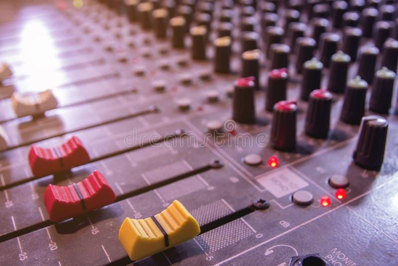 Ljudsignal blandare för konsol och volymglidbana royaltyfria bilder