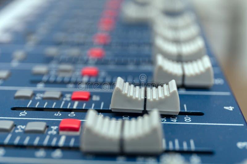 Ljudsignal blandareförstärkareutrustning, för teknikbegrepp för solid akustisk musikal blandande bakgrund, selektiv fokus royaltyfri foto