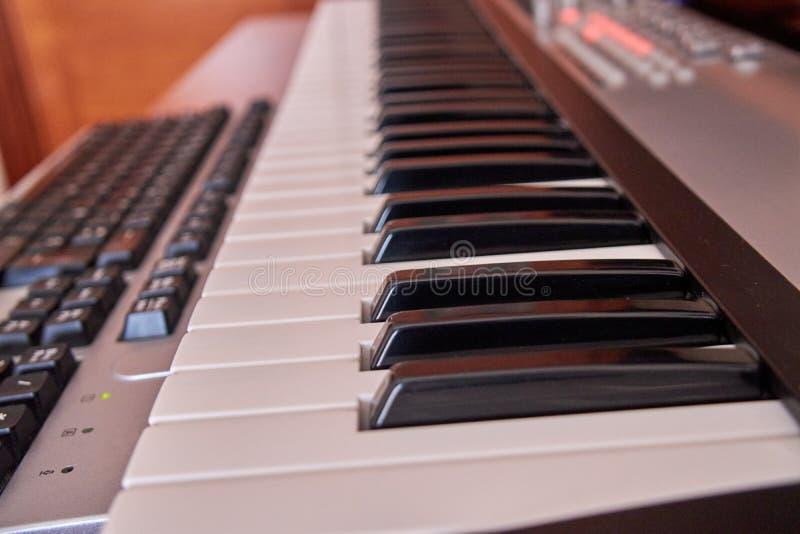 Ljudsignal hem- studio som utrustas med det midi tangentbordet, bildskärmar och det solida kortet royaltyfria bilder
