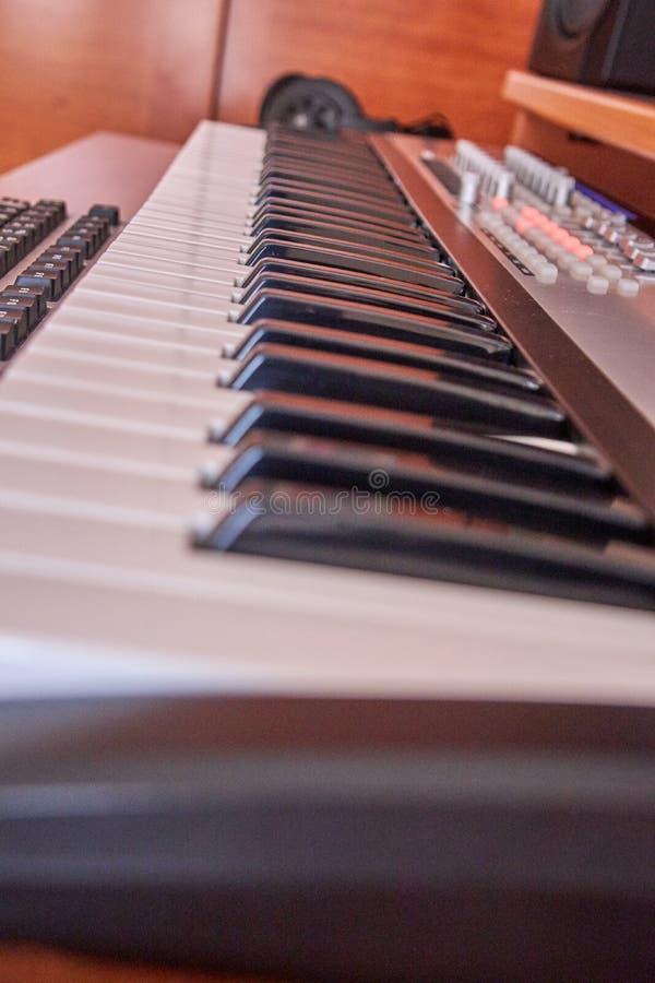 Ljudsignal hem- studio som utrustas med det midi tangentbordet, bildskärmar och det solida kortet royaltyfri bild