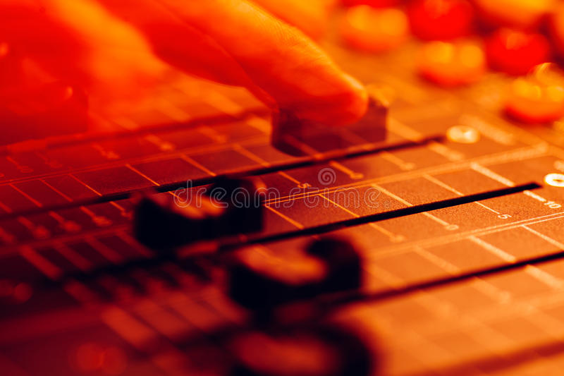 ljudsignal konsol som blandar den professional studiotv:n royaltyfria bilder