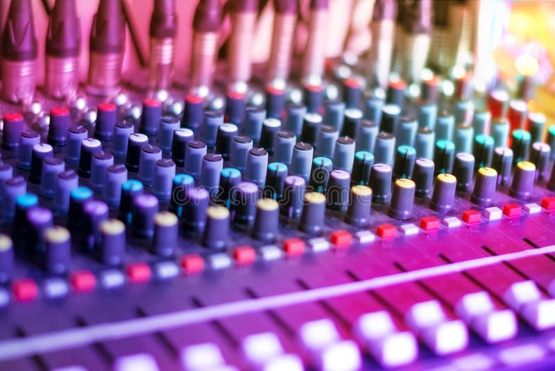 ljudsignal konsolblandning Solid musikblandareutrustning royaltyfri bild