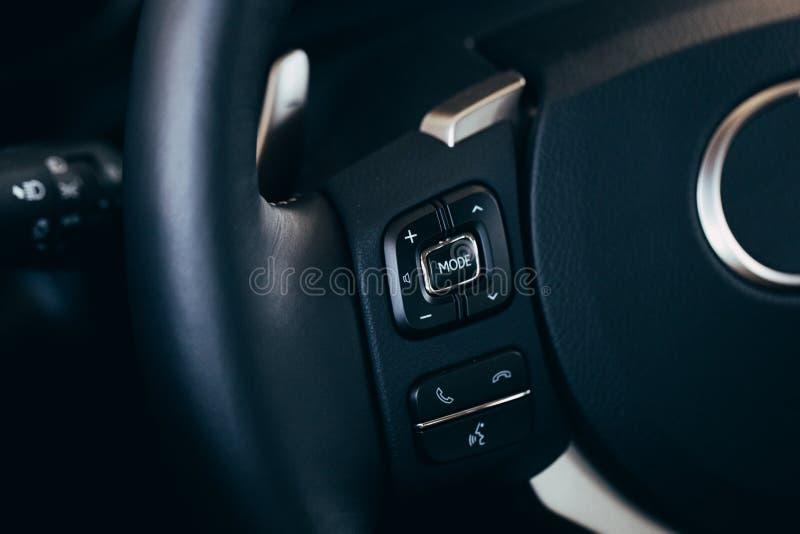 Ljudsignal kontroll kn?ppas p? styrninghjulet av en modern bil arkivbilder