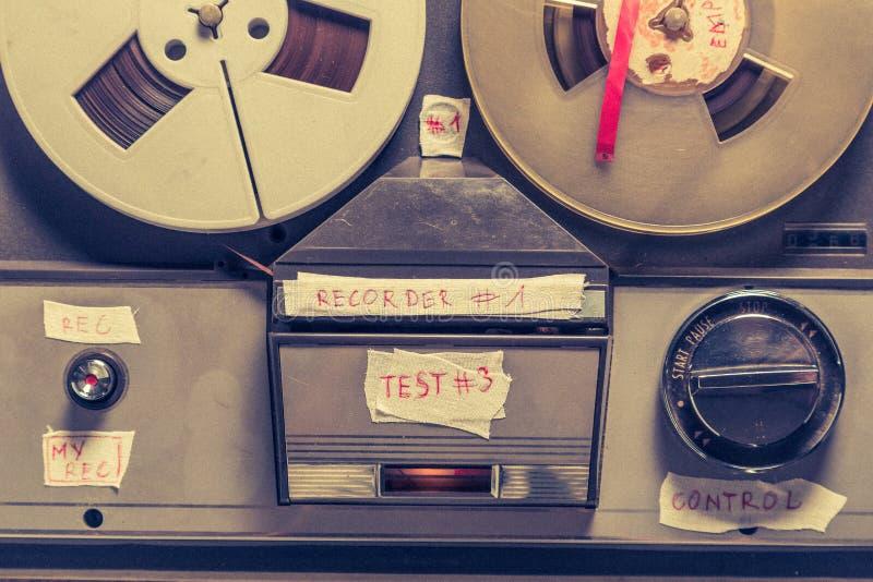 Ljudsignal registreringsapparat för gammalt band med rulle av bandet och mikrofonen royaltyfri fotografi