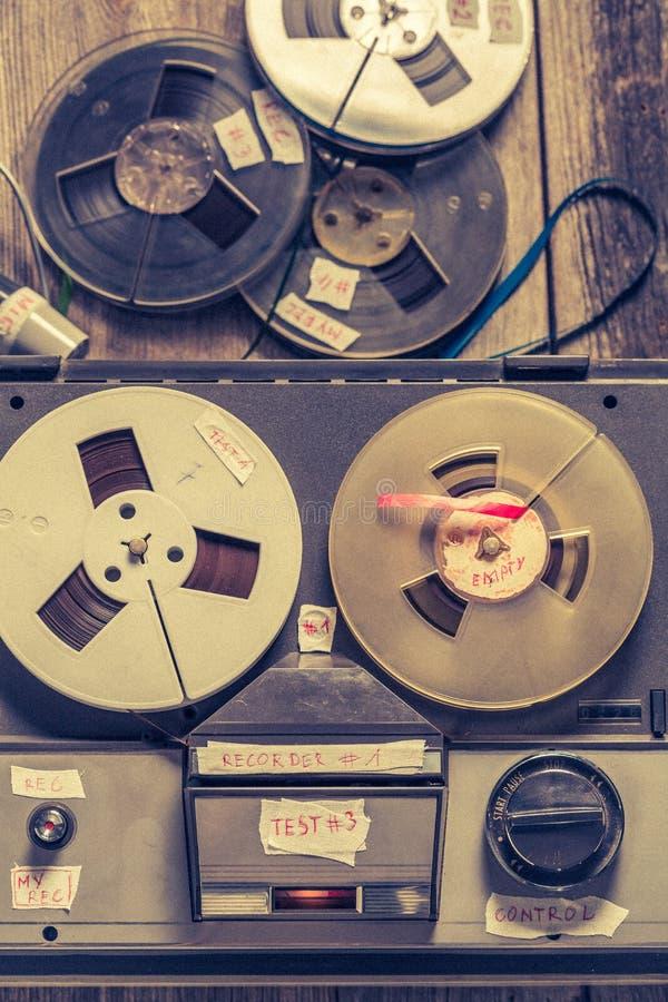 Ljudsignal registreringsapparat för Retro band med rulle av bandet och mikrofonen royaltyfri foto