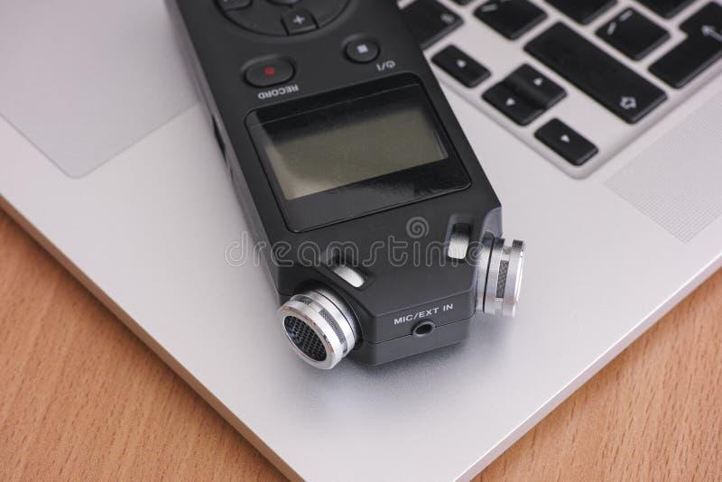 Ljudsignal registreringsapparat och bärbar dator arkivfoton