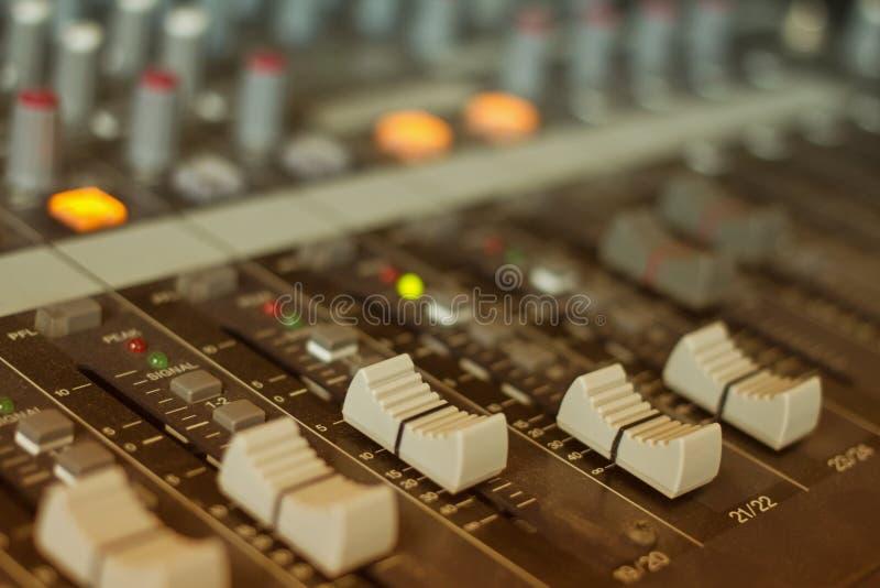 Ljudsignalt blandande konsol, faders och justera arkivfoton