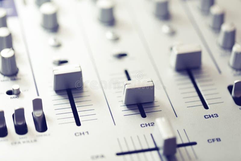 ljudsignalt blandareljud utrustning för musikinspelningstudio royaltyfri bild