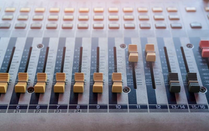 ljudsignalt konsolblandareljud blandande ljud för skrivbord Musikblandarekontrollbord i inspelningstudio Ljudsignal blandande kon arkivbild