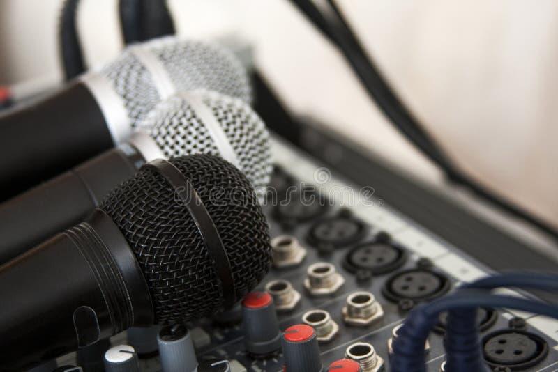 Ljudutrustning, mikrofoner och blandare, hem- inspelning, hem- studiobegrepp, vocals som antecknar och att podcasting, amat?rm?ss royaltyfri bild